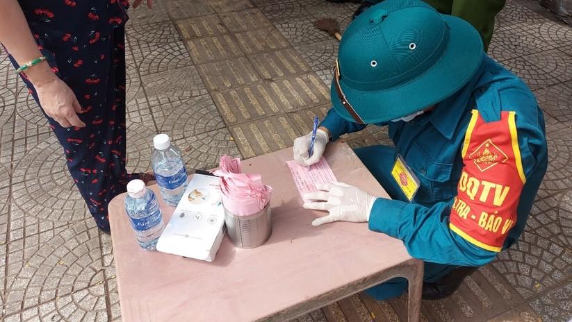 Ảnh: Ngày đầu tiên người dân Đà Nẵng đi chợ bằng phiếu để phòng COVID-19 ảnh 17