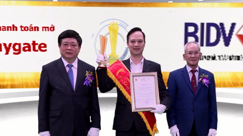 Ông Nguyễn Trọng Kiên – Phó Giám Đốc TTNHS nhận giải Hệ thống cổng thanh toán mở – BIDV Paygate