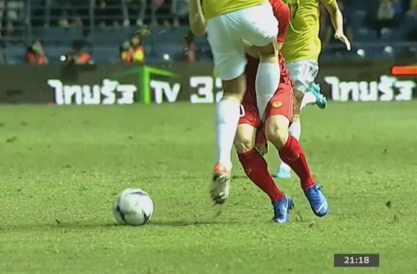 Các cầu thủ chủ nhà dùng cả võ Muay Thái để tìm kiếm chiến thắng trước đội tuyển Việt Nam (ảnh Vietnamfootball)
