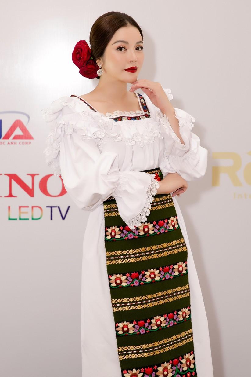 Lý Nhã Kỳ mũm mĩm như cô gái Romania ảnh 2