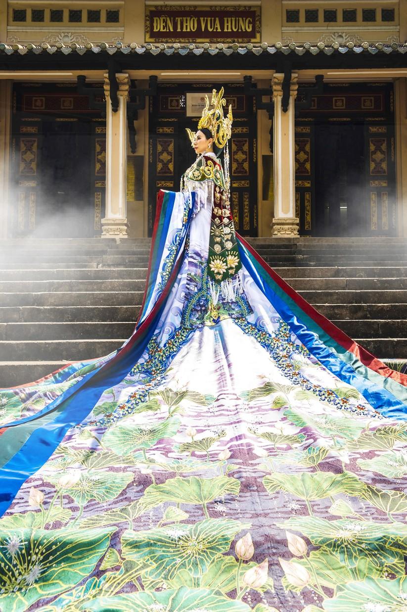 Hé lộ trang phục lộng lẫy hoa hậu Châu Ngọc Bích mang tới Mrs Universe 2018 ảnh 5