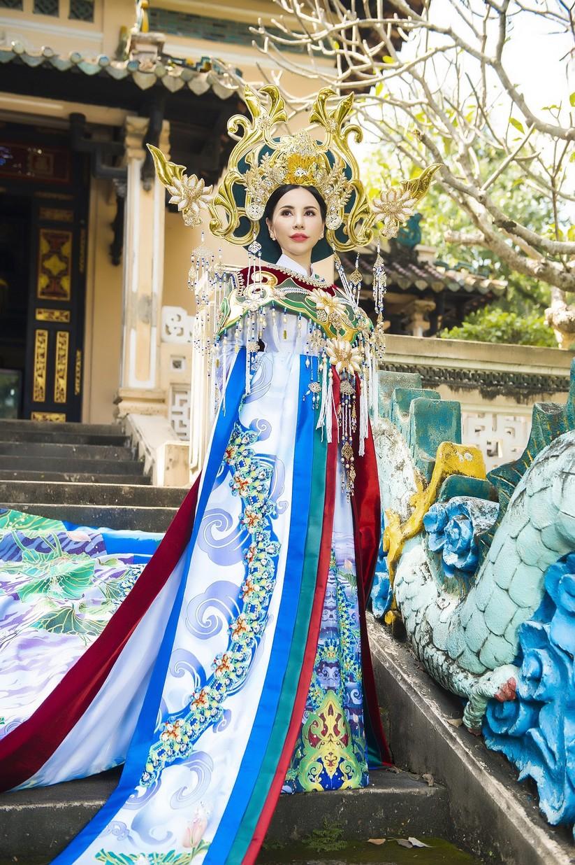Hé lộ trang phục lộng lẫy hoa hậu Châu Ngọc Bích mang tới Mrs Universe 2018 ảnh 2