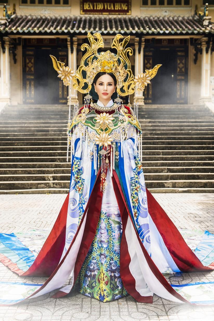 Hé lộ trang phục lộng lẫy hoa hậu Châu Ngọc Bích mang tới Mrs Universe 2018 ảnh 1