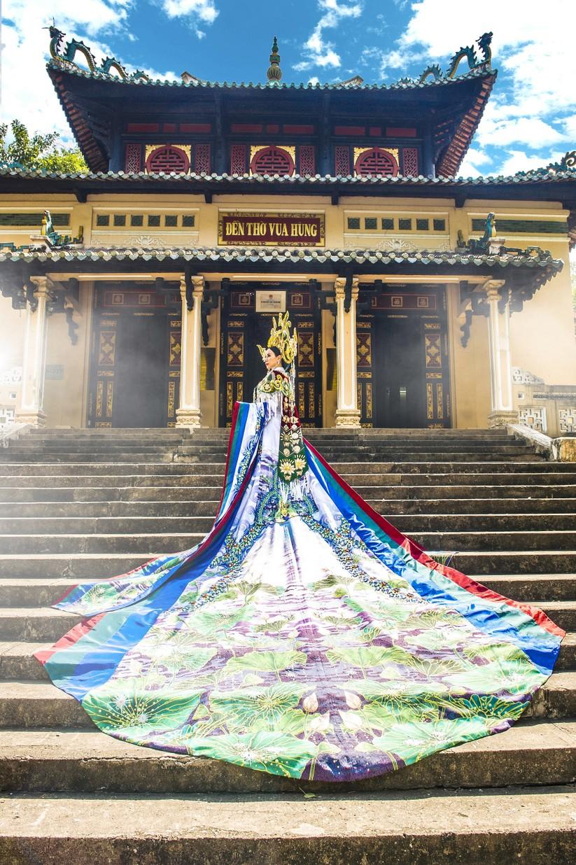 Hé lộ trang phục lộng lẫy hoa hậu Châu Ngọc Bích mang tới Mrs Universe 2018 ảnh 4