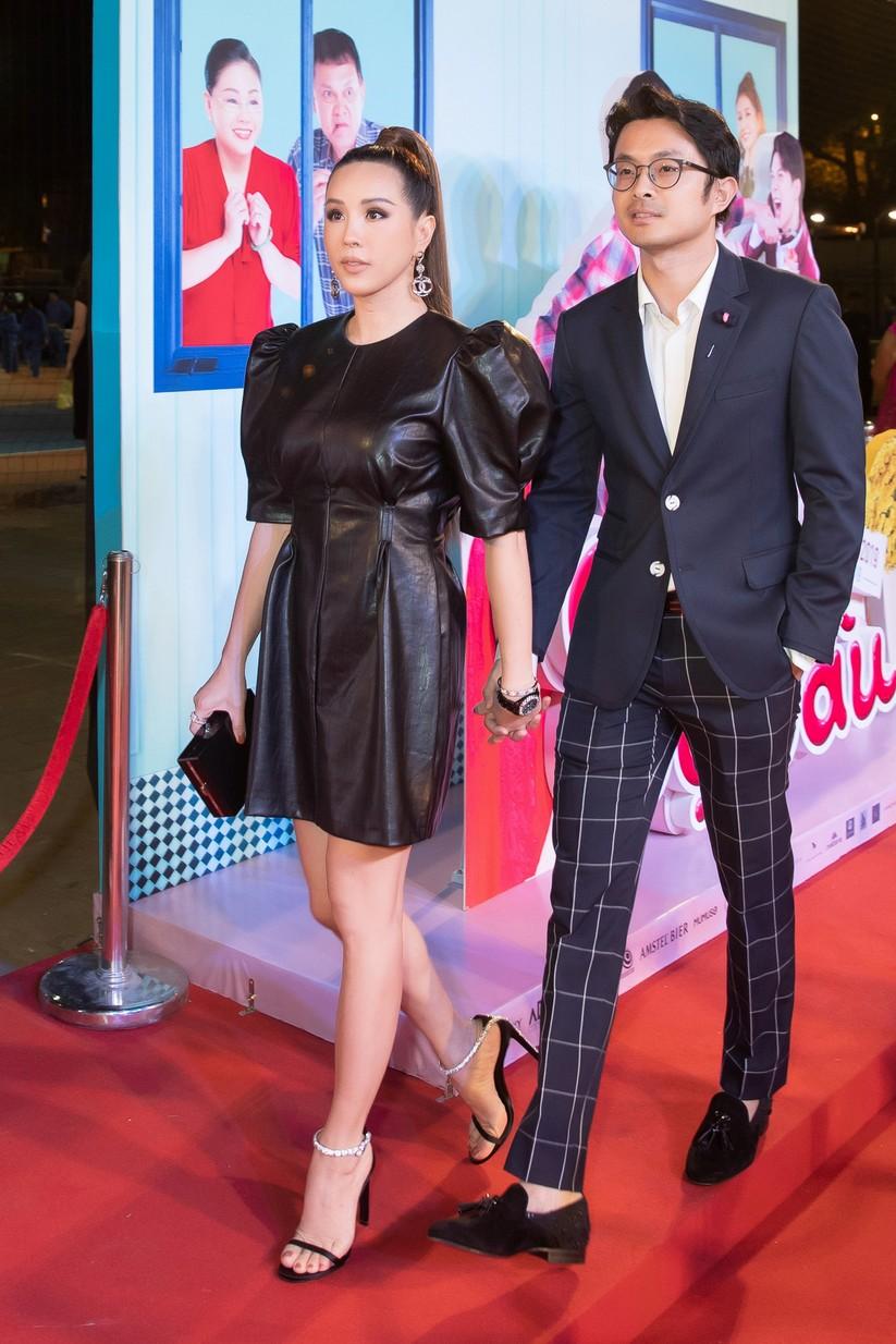 Hoa hậu Thu Hoài nắm chặt tay bạn trai doanh nhân đến gặp Trấn Thành ảnh 2