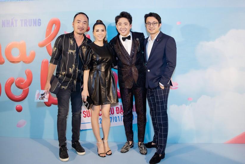 Hoa hậu Thu Hoài nắm chặt tay bạn trai doanh nhân đến gặp Trấn Thành ảnh 8