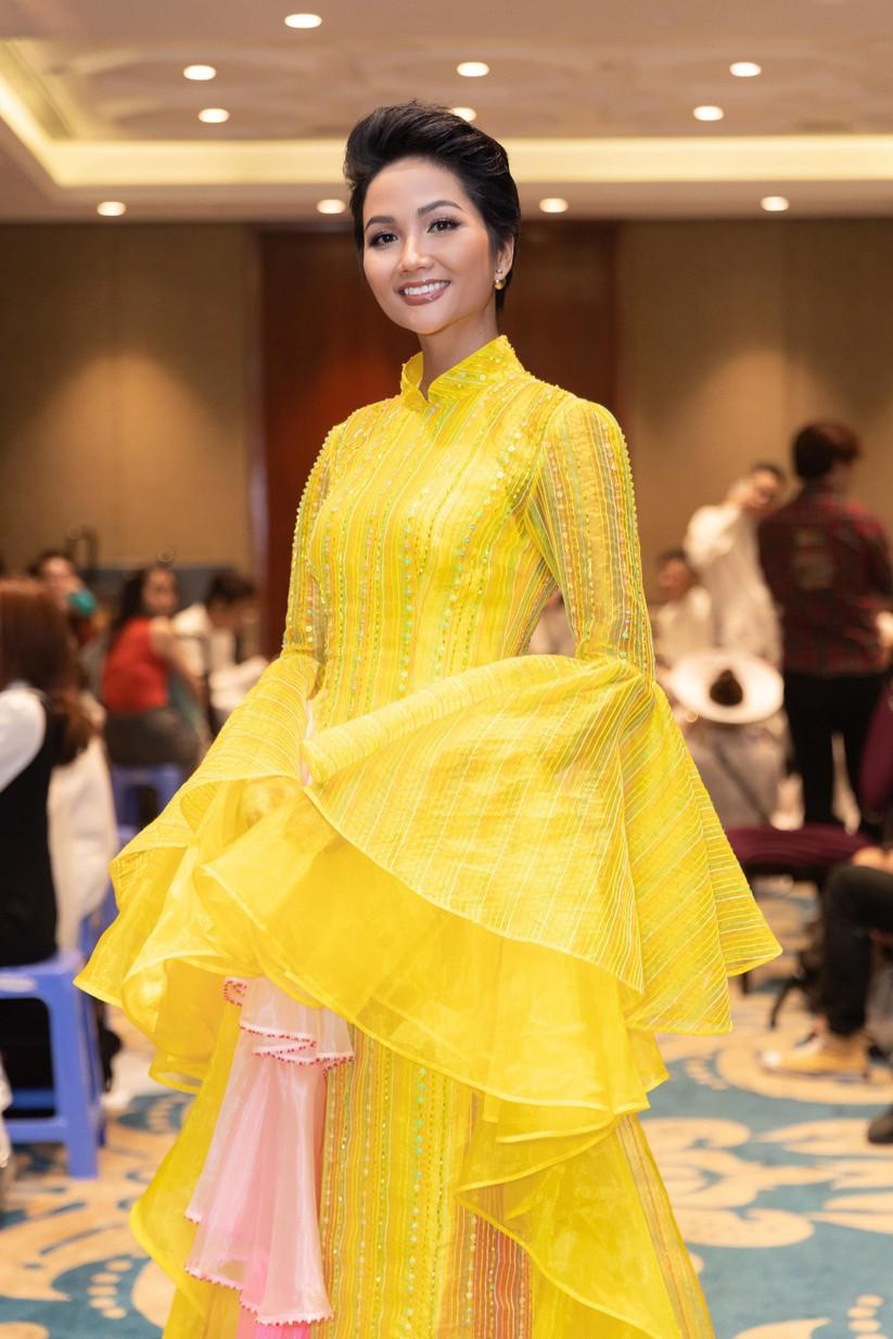 Bất ngờ với hình ảnh Hoa hậu H'Hen Niê mặc áo dài đi xe máy ảnh 8