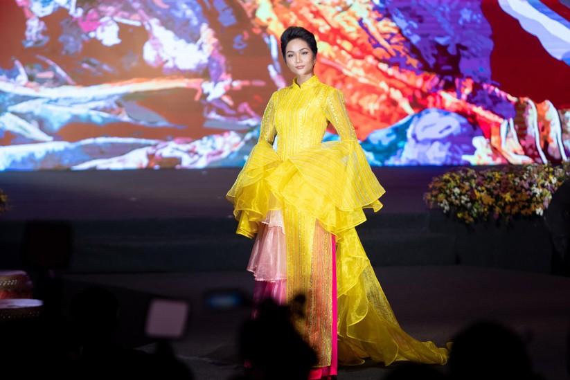 Bất ngờ với hình ảnh Hoa hậu H'Hen Niê mặc áo dài đi xe máy ảnh 12