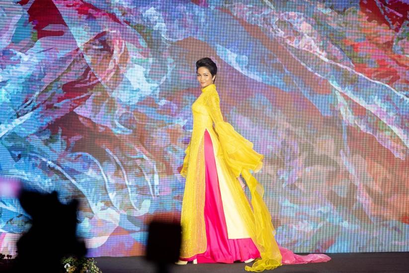 Bất ngờ với hình ảnh Hoa hậu H'Hen Niê mặc áo dài đi xe máy ảnh 11
