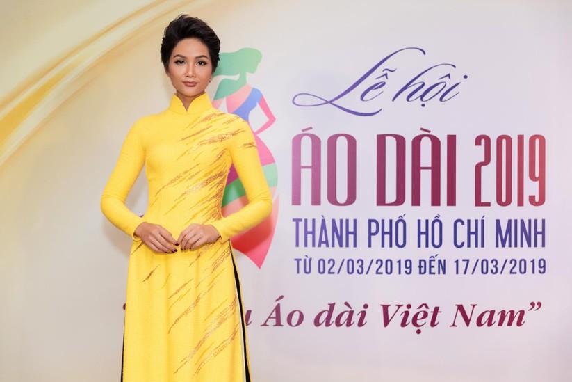 Bất ngờ với hình ảnh Hoa hậu H'Hen Niê mặc áo dài đi xe máy ảnh 5