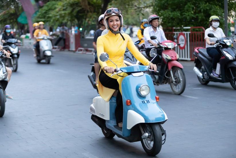 Bất ngờ với hình ảnh Hoa hậu H'Hen Niê mặc áo dài đi xe máy ảnh 2
