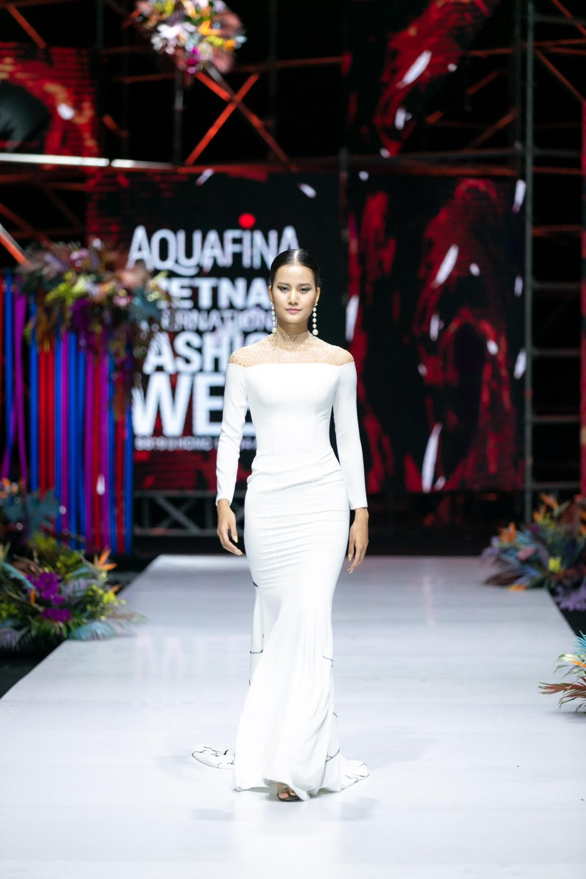 Hoa hậu Trương Hồ Phương Nga bất ngờ xuất hiện đẹp lộng lẫy trên sàn catwalk ảnh 11