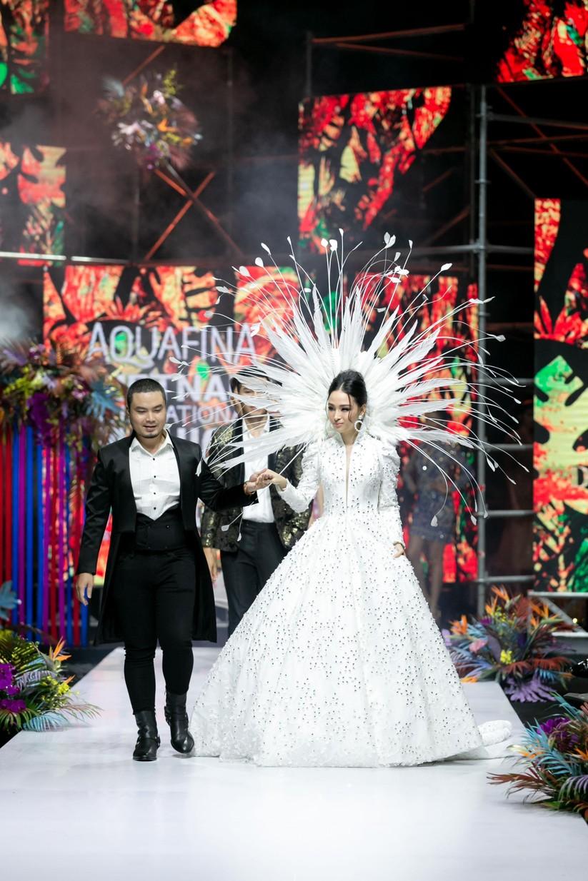 Hoa hậu Trương Hồ Phương Nga bất ngờ xuất hiện đẹp lộng lẫy trên sàn catwalk ảnh 4