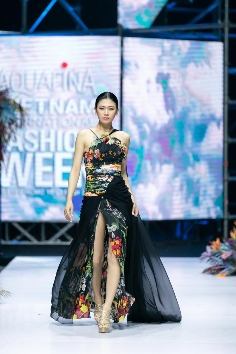 Hoa hậu Trương Hồ Phương Nga bất ngờ xuất hiện đẹp lộng lẫy trên sàn catwalk ảnh 12
