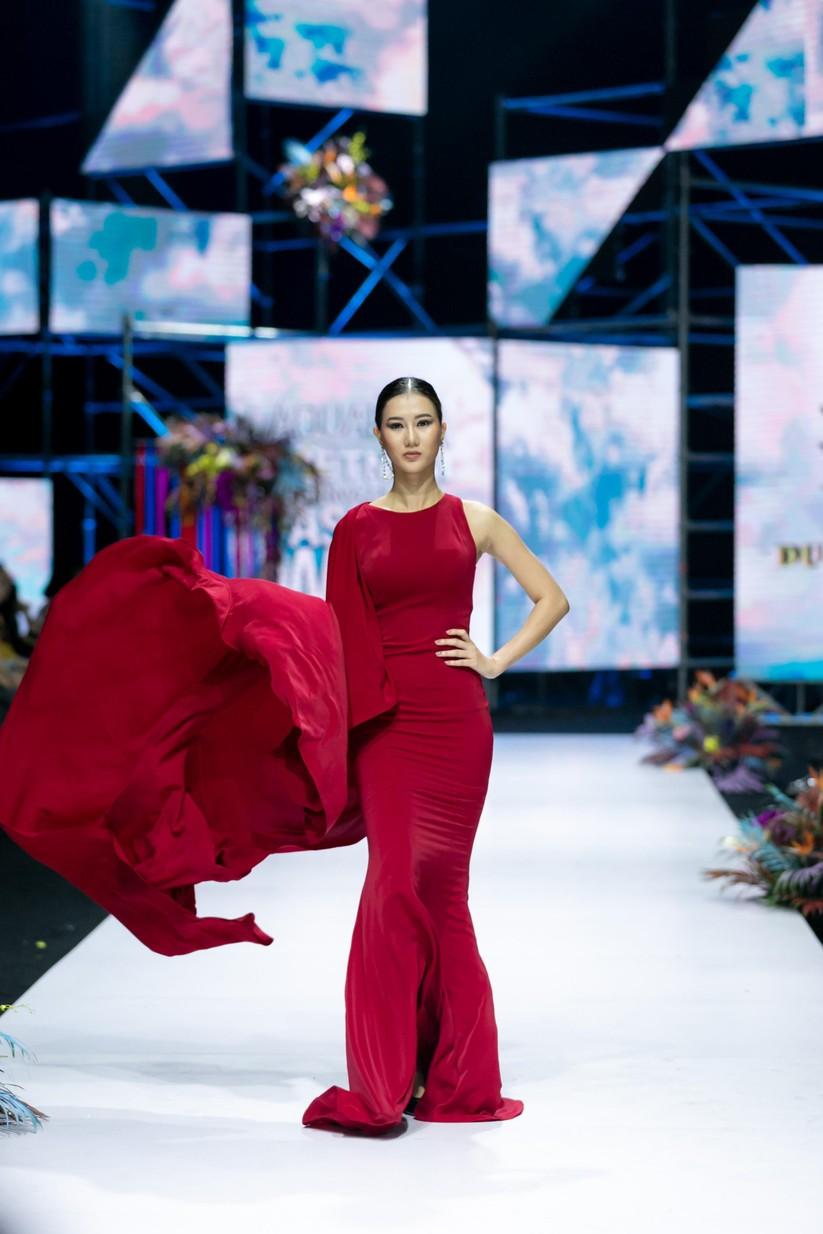 Hoa hậu Trương Hồ Phương Nga bất ngờ xuất hiện đẹp lộng lẫy trên sàn catwalk ảnh 10