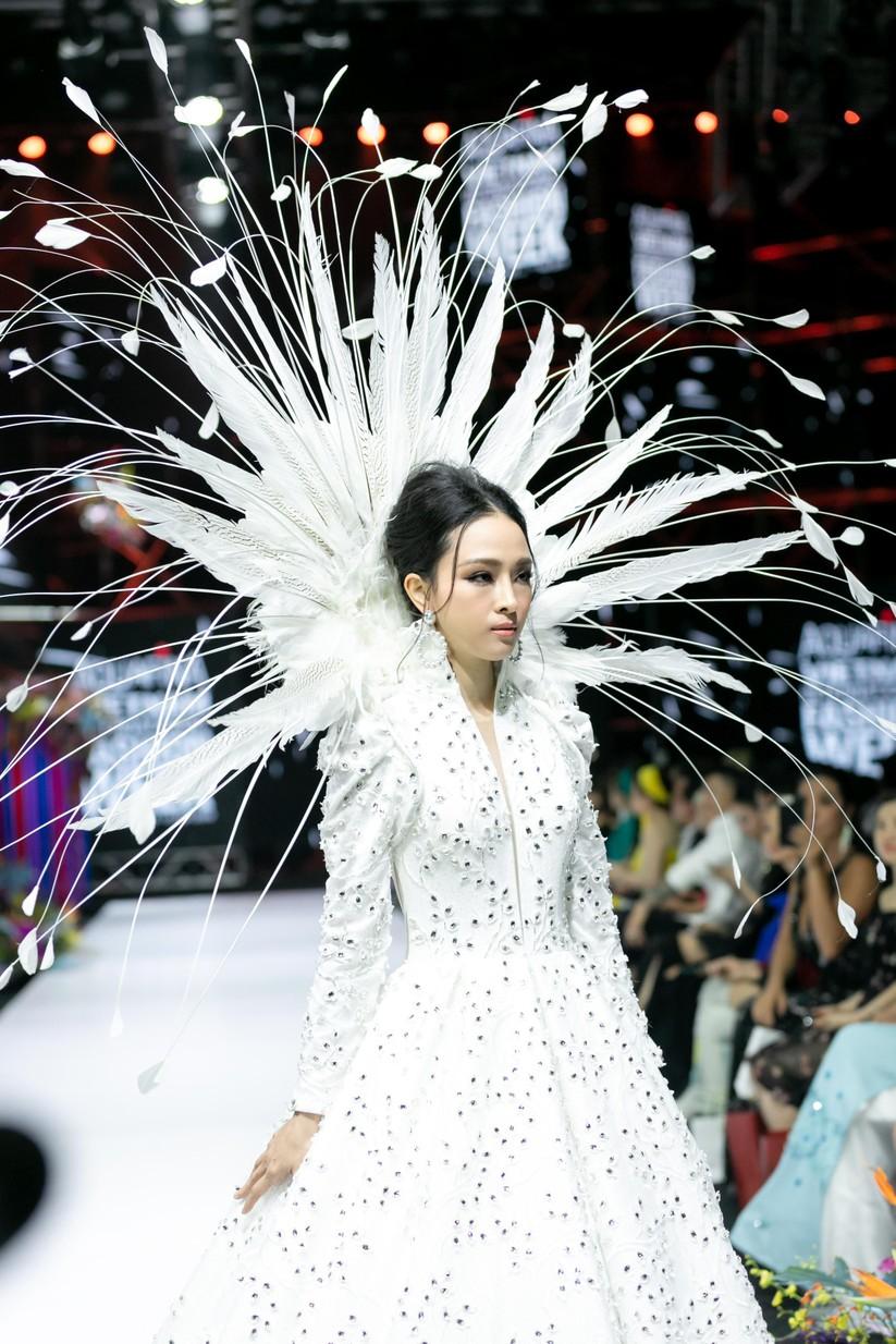 Hoa hậu Trương Hồ Phương Nga bất ngờ xuất hiện đẹp lộng lẫy trên sàn catwalk ảnh 2