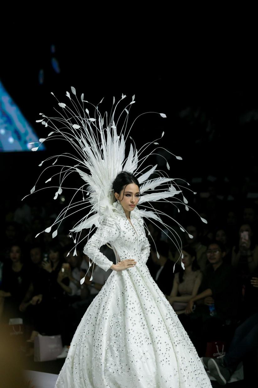 Hoa hậu Trương Hồ Phương Nga bất ngờ xuất hiện đẹp lộng lẫy trên sàn catwalk ảnh 3