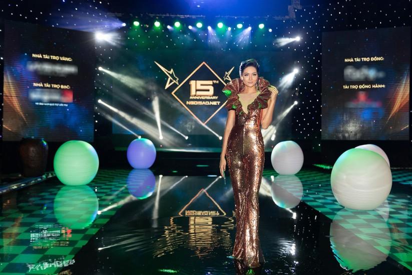 Hoa hậu H'Hen Niê bất ngờ diện chiếc váy từng gây tranh cãi tại Miss Universe ảnh 2