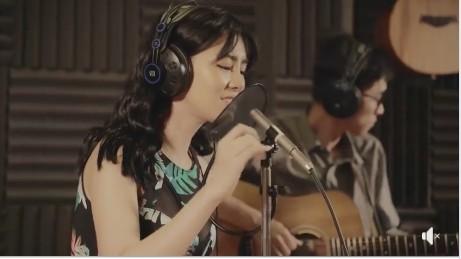 Bùi Lan Hương viết lại và trình bày hai ca khúc gây dư luận trái chiều (Ảnh cắt từ clip)