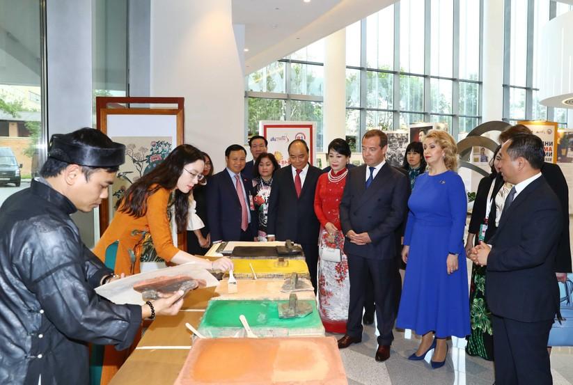 Thủ tướng Nguyễn Xuân Phúc tặng tranh Đông Hồ cho Thủ tướng Nga Dmitri Medvedev ảnh 1