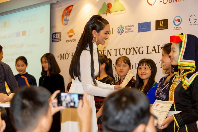 Hoa hậu H' Hen Niê vừa đầu trọc đã lại tóc dài ảnh 1