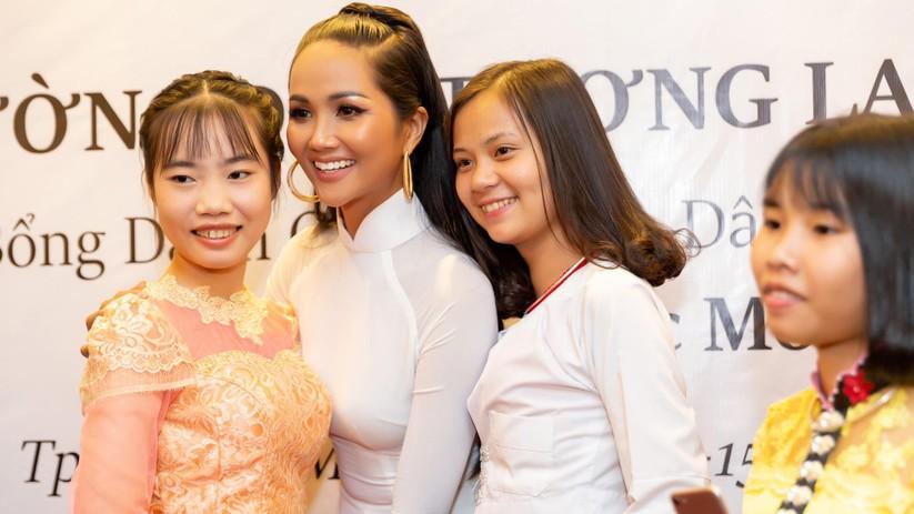 Hoa hậu H' Hen Niê vừa đầu trọc đã lại tóc dài ảnh 3