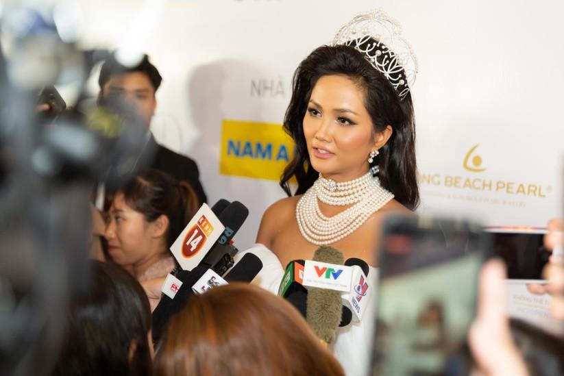 Hoa hậu H' Hen Niê được tặng vĩnh viễn vương miện tiền tỷ ảnh 4
