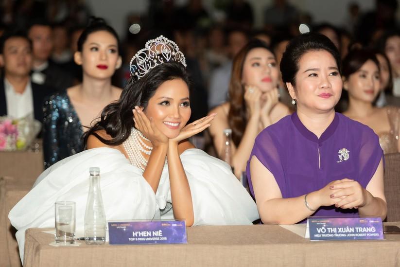 Hoa hậu H' Hen Niê được tặng vĩnh viễn vương miện tiền tỷ ảnh 2