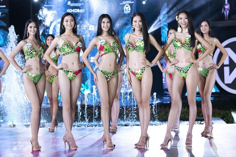 Lương Thùy Linh (thứ 2 từ trái qua) trong Top 5 gương mặt xuất sắc nhất vòng thi áo tắm