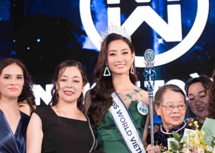 Hoa hậu Lương Thùy Linh và người mẹ giữ chức vụ cao ở kho bạc tỉnh Cao Bằng