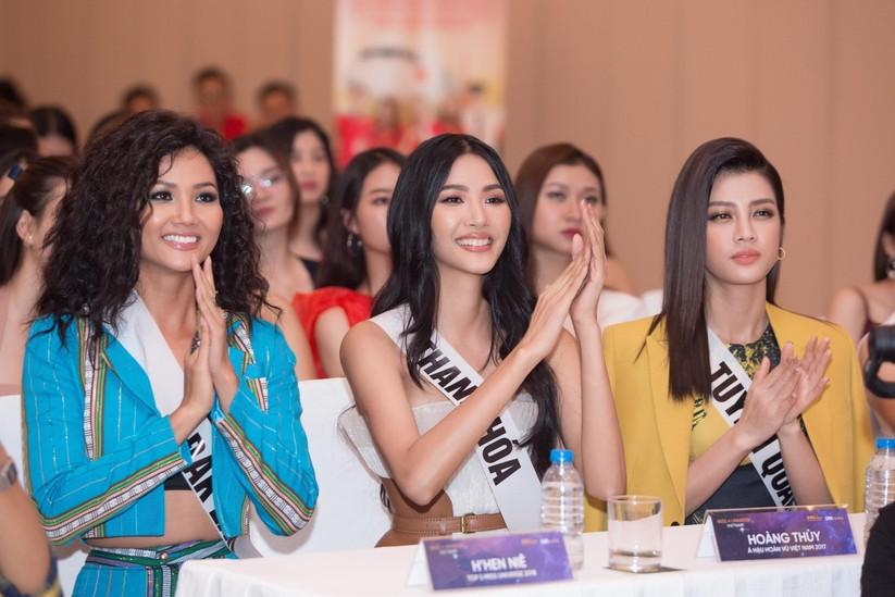 Hoa hậu H'Hen Niê và á hậu Hoàng Thùy đọ dáng trên sàn catwalk ảnh 11