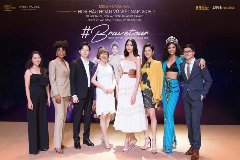 Hoa hậu H'Hen Niê và á hậu Hoàng Thùy đọ dáng trên sàn catwalk ảnh 12
