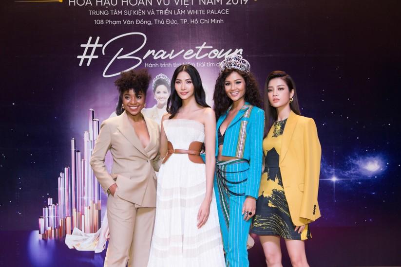 Hoa hậu H'Hen Niê và á hậu Hoàng Thùy đọ dáng trên sàn catwalk ảnh 14