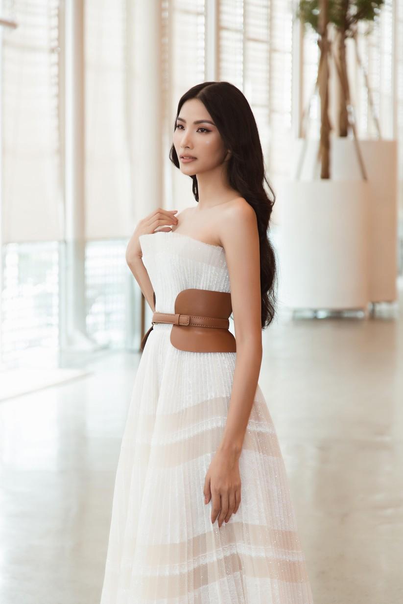 Hoa hậu H'Hen Niê và á hậu Hoàng Thùy đọ dáng trên sàn catwalk ảnh 7