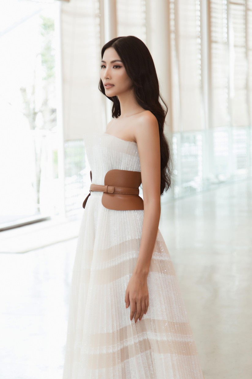 Hoa hậu H'Hen Niê và á hậu Hoàng Thùy đọ dáng trên sàn catwalk ảnh 8