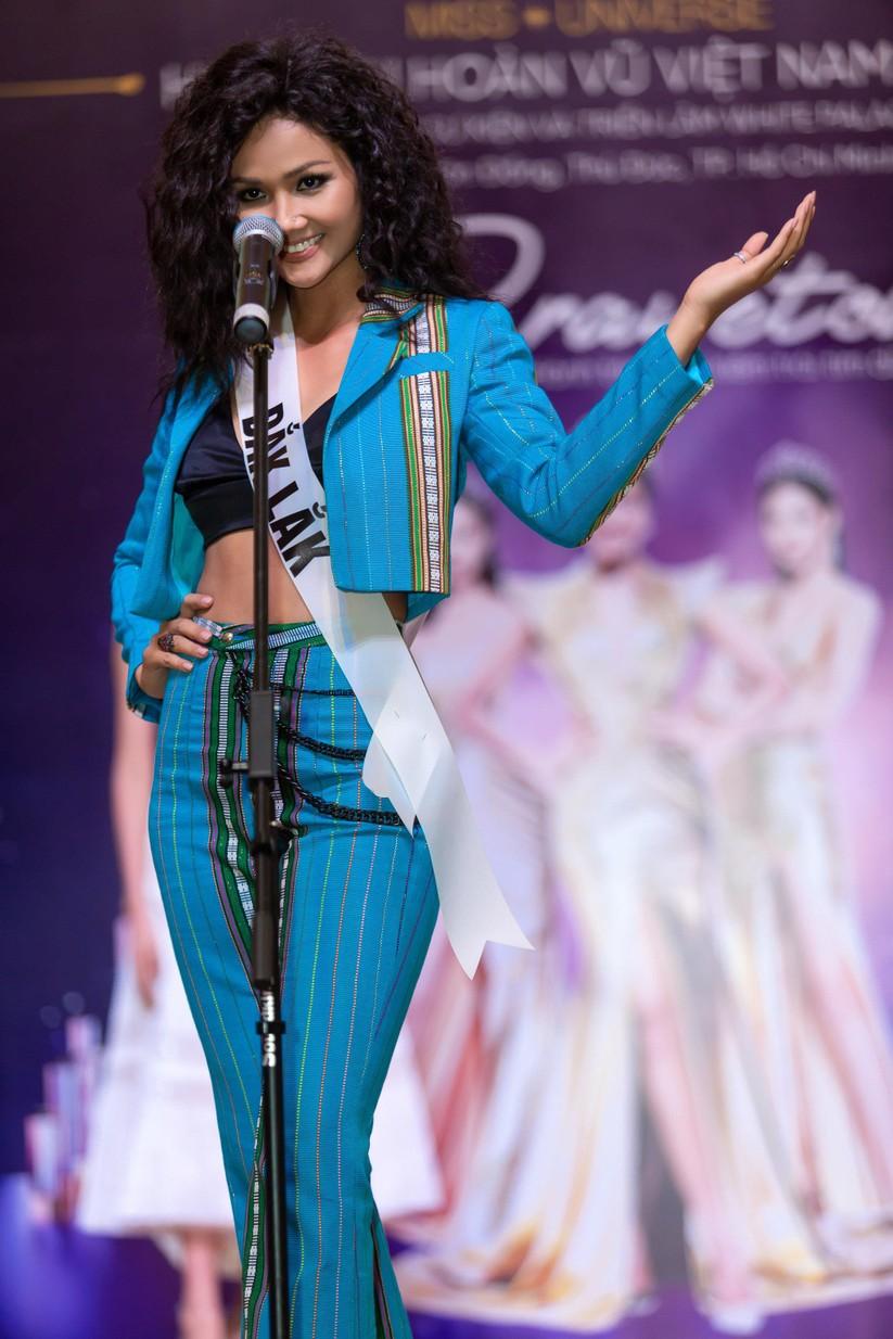 Hoa hậu H'Hen Niê và á hậu Hoàng Thùy đọ dáng trên sàn catwalk ảnh 2
