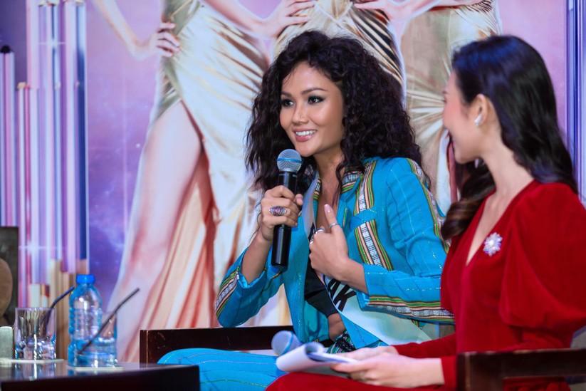 Hoa hậu H'Hen Niê và á hậu Hoàng Thùy đọ dáng trên sàn catwalk ảnh 3