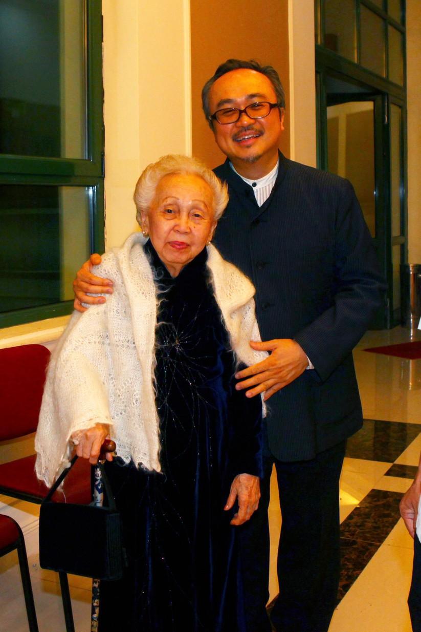 NSND Đặng Thái Sơn và mẹ (ảnh: Hirotoshi Sato)