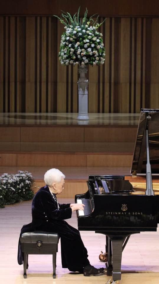 Bà Thái Thị Liên biểu diễn piano trong đêm nhạc
