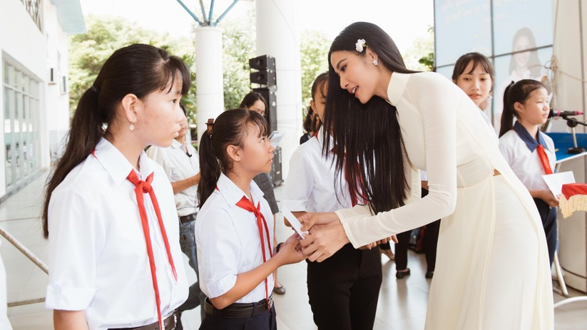 Hoa hậu H'Hen Niê và Á hậu Hoàng Thùy thướt tha áo trắng thả dáng sân trường ảnh 13