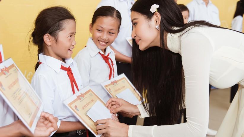 Hoa hậu H'Hen Niê và Á hậu Hoàng Thùy thướt tha áo trắng thả dáng sân trường ảnh 14