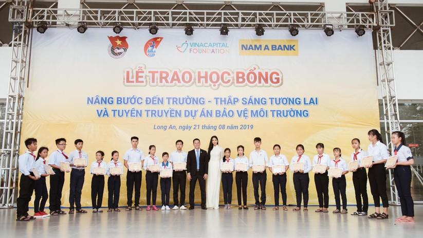Hoa hậu H'Hen Niê và Á hậu Hoàng Thùy thướt tha áo trắng thả dáng sân trường ảnh 15