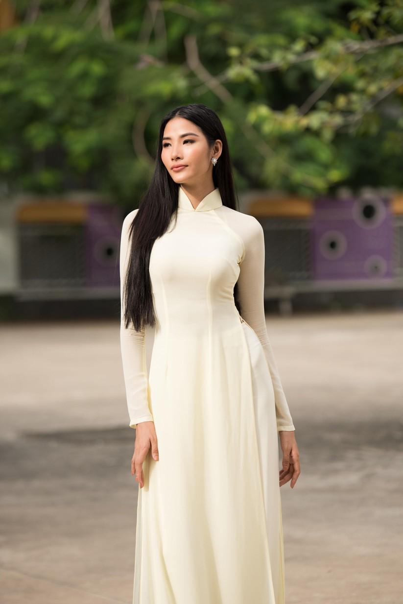 Hoa hậu H'Hen Niê và Á hậu Hoàng Thùy thướt tha áo trắng thả dáng sân trường ảnh 17
