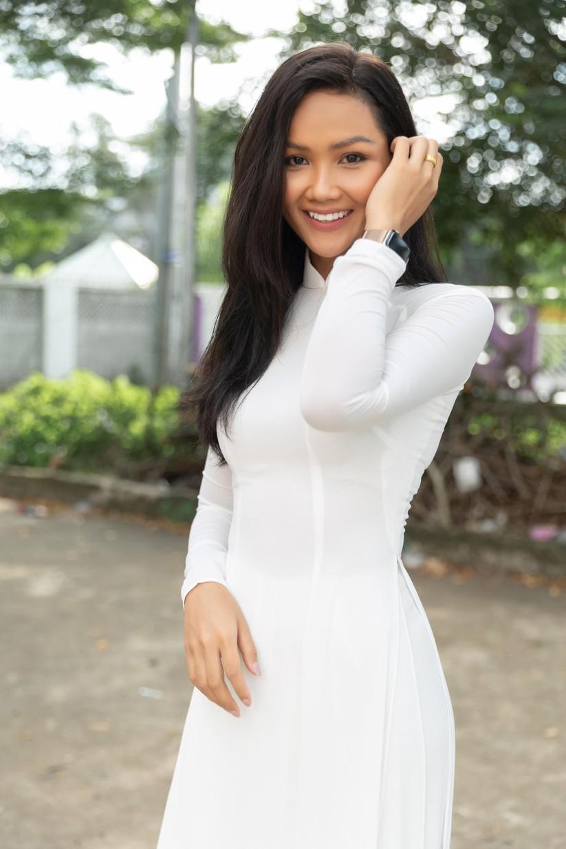 Hoa hậu H'Hen Niê và Á hậu Hoàng Thùy thướt tha áo trắng thả dáng sân trường ảnh 5