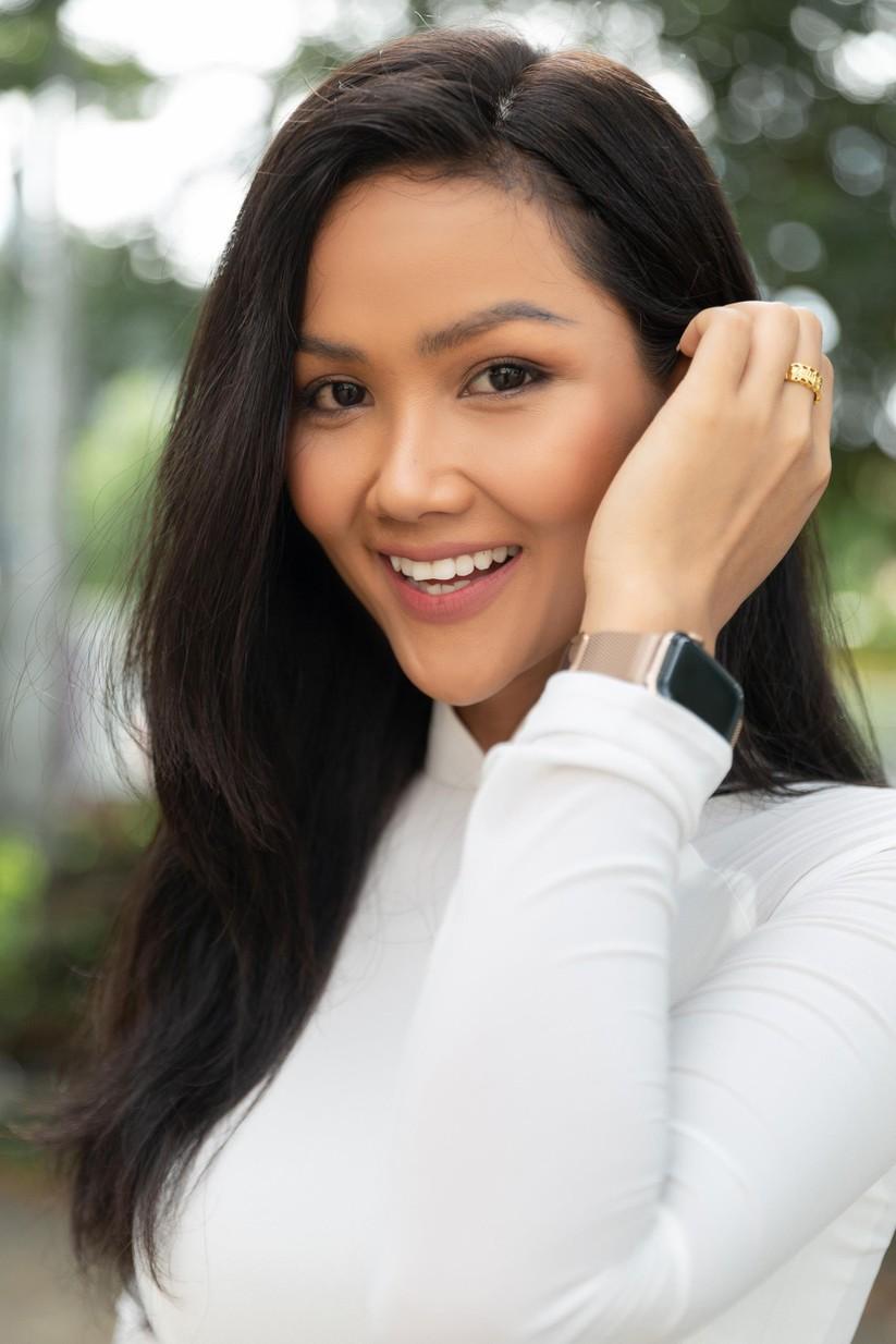 Hoa hậu H'Hen Niê và Á hậu Hoàng Thùy thướt tha áo trắng thả dáng sân trường ảnh 6