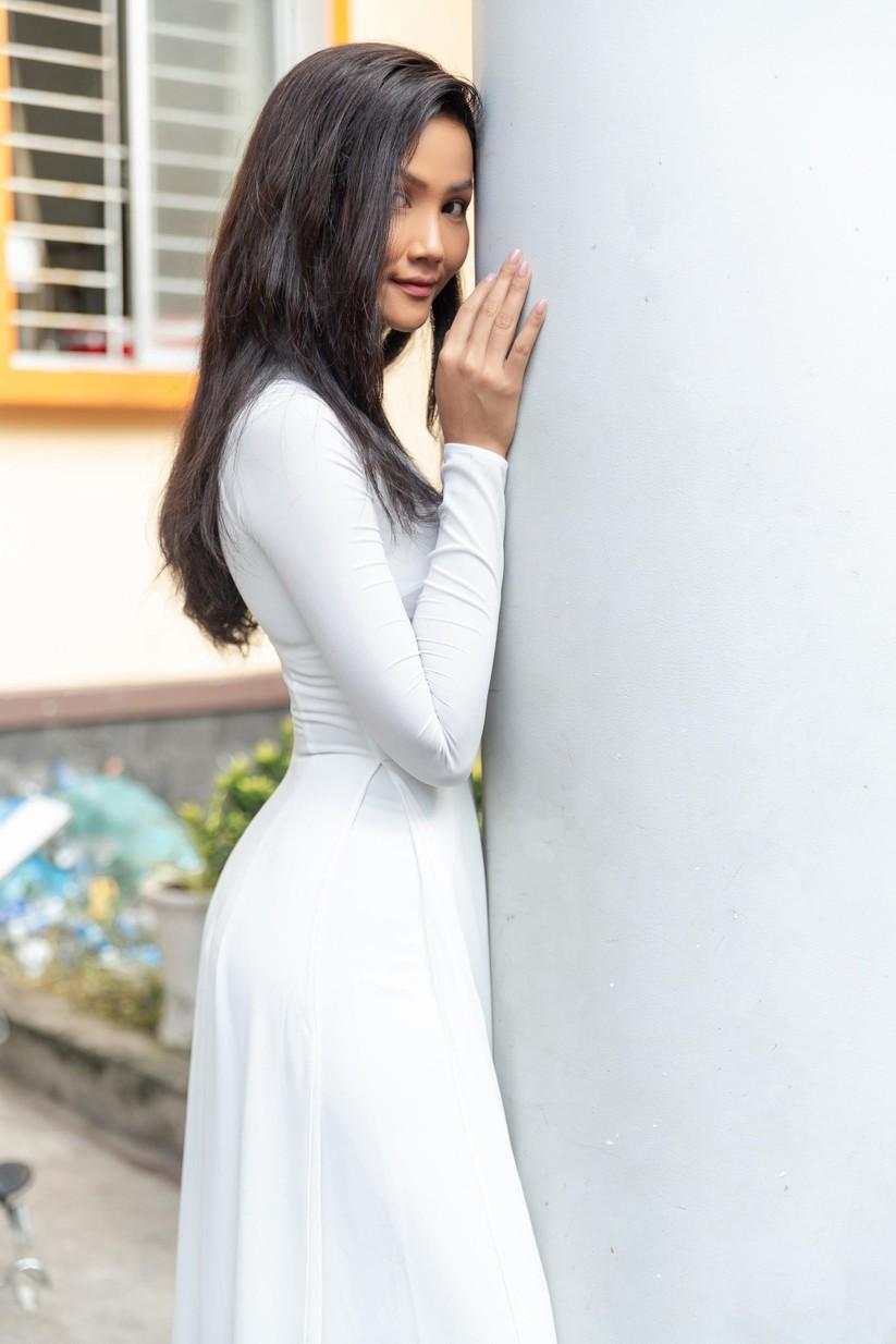 Hoa hậu H'Hen Niê và Á hậu Hoàng Thùy thướt tha áo trắng thả dáng sân trường ảnh 8