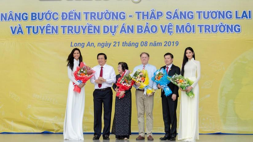 Hoa hậu H'Hen Niê và Á hậu Hoàng Thùy thướt tha áo trắng thả dáng sân trường ảnh 10