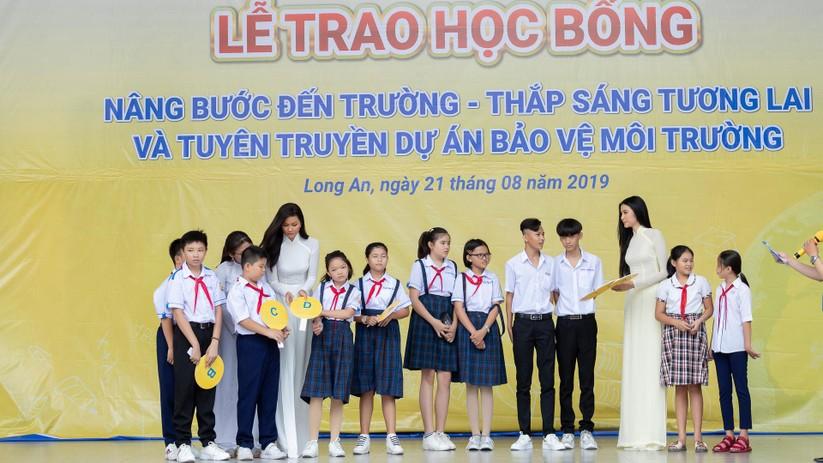 Hoa hậu H'Hen Niê và Á hậu Hoàng Thùy thướt tha áo trắng thả dáng sân trường ảnh 11