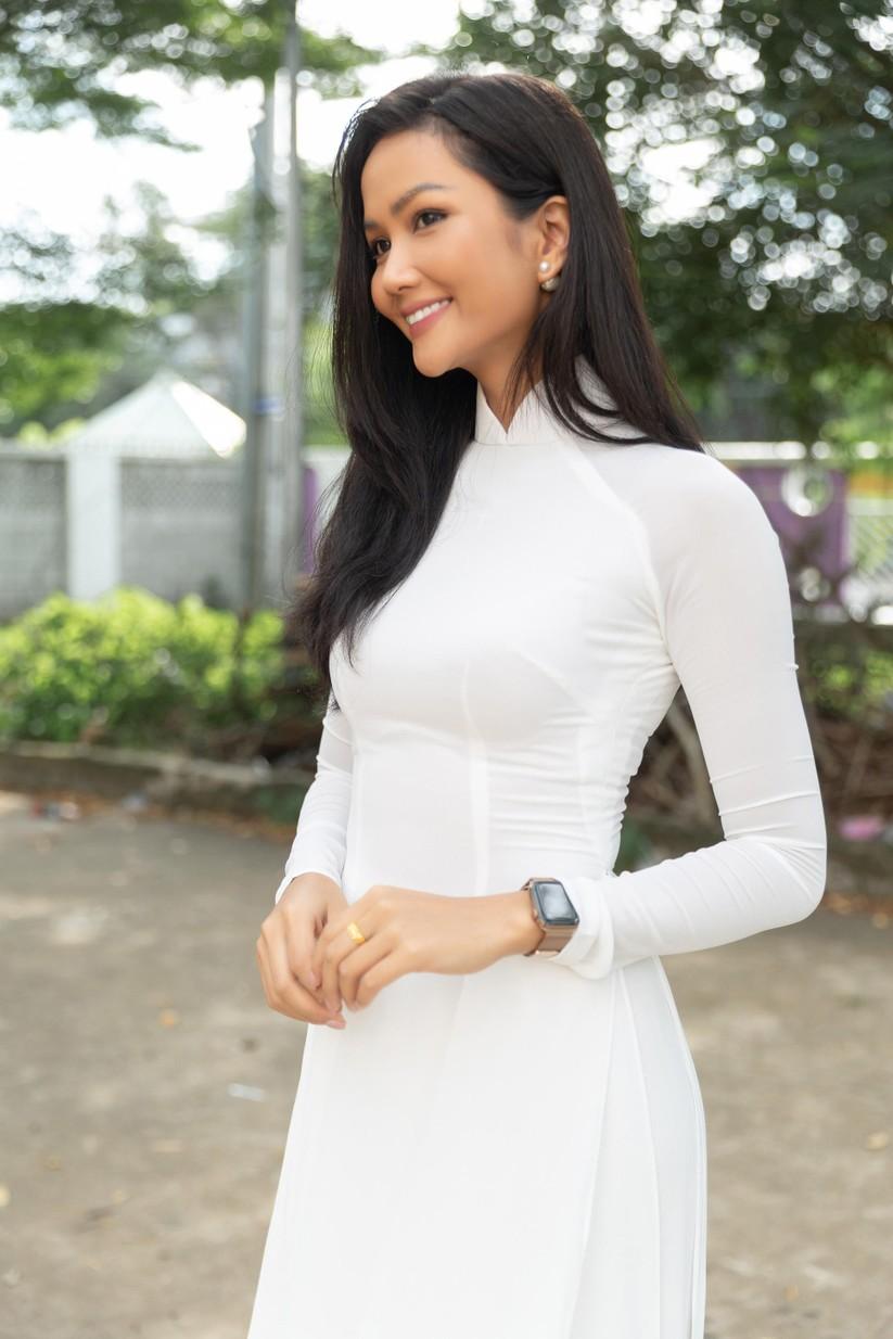 Hoa hậu H'Hen Niê và Á hậu Hoàng Thùy thướt tha áo trắng thả dáng sân trường ảnh 4