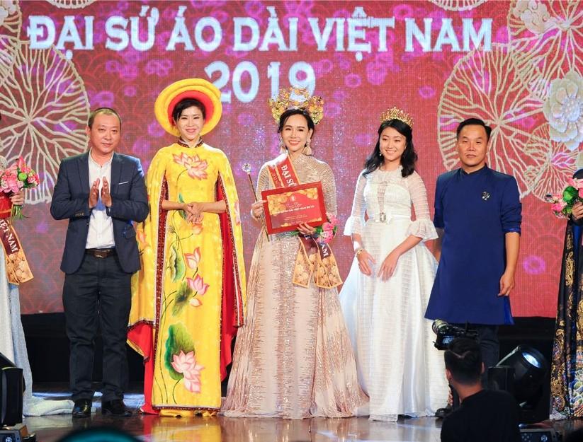 Trương An Xinh đăng quang Đại sứ Áo dài Việt Nam bảng Quý bà ảnh 2